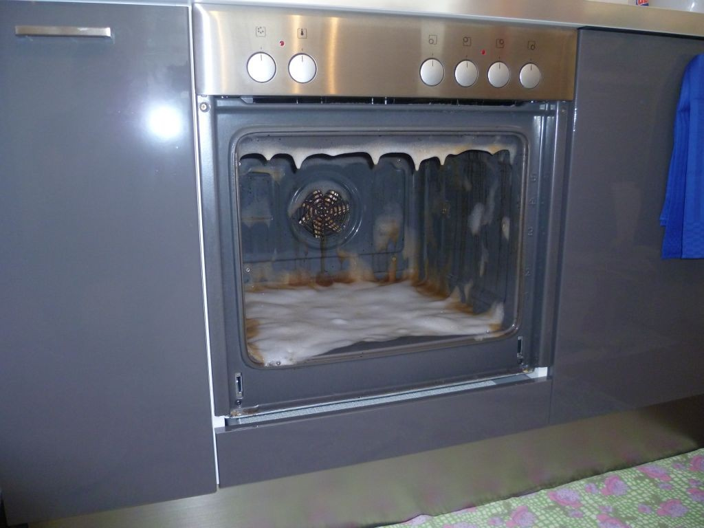 Baking oven during the cleaning process