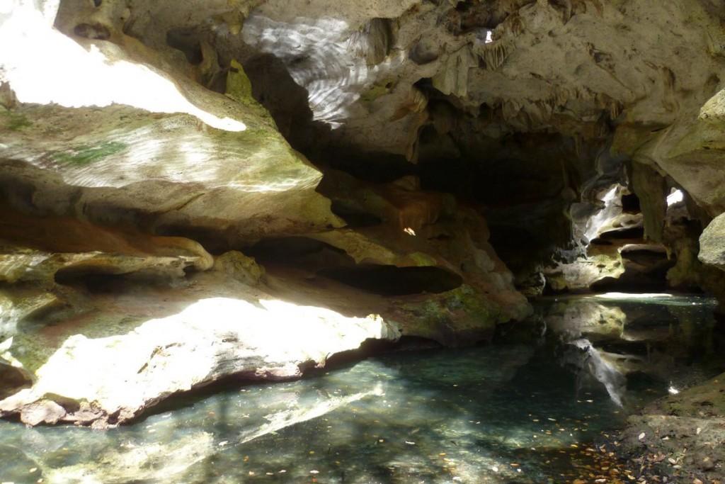 In der Höhle: Lichtspiel durch das Wasser