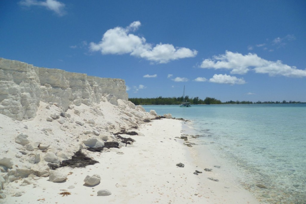 Weißer Sandstrand, seichtes Wasser