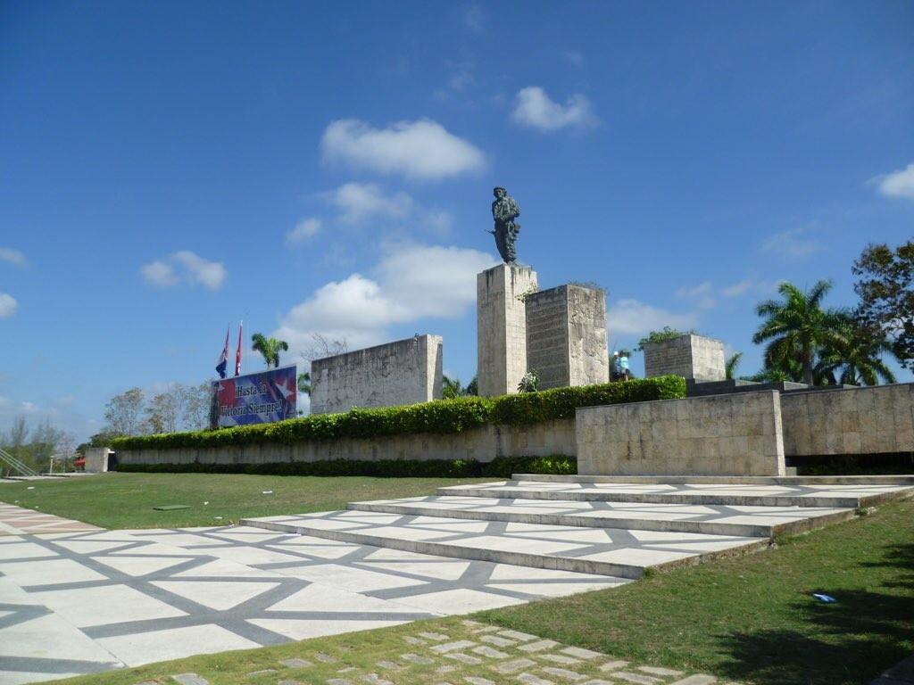 Am Ché-Denkmal; dahinter liegt das Mausoleum